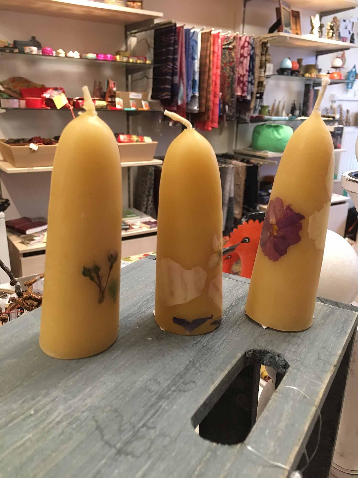 Handgefertigte Bienenwachs-Kerzen mit Blüten von Haus Sonne in Walsheim (ab 5,20 €)